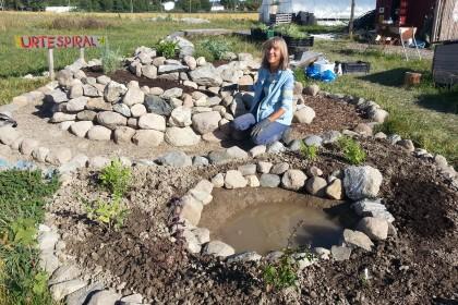 Nå har vi urter i urterspiralen og en liten dam!